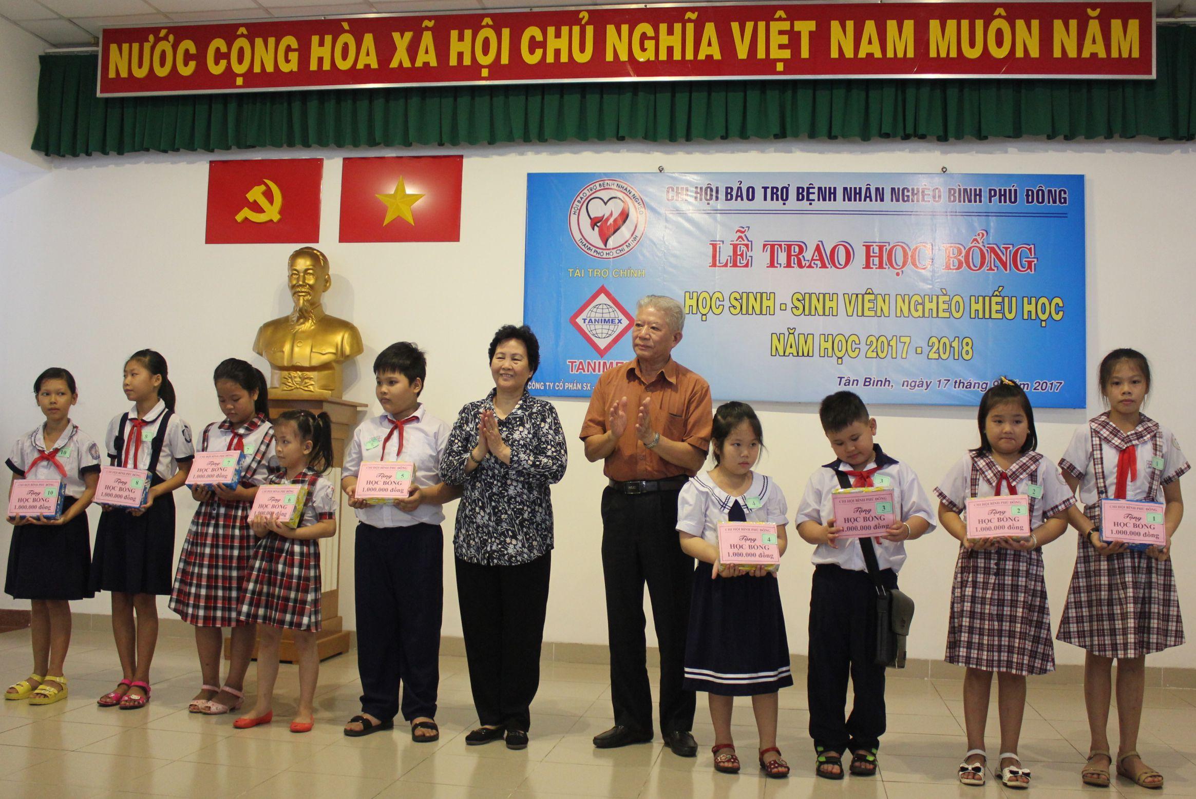 Chi hội Bình Phú Đông trao học bổng cho học sinh nghèo