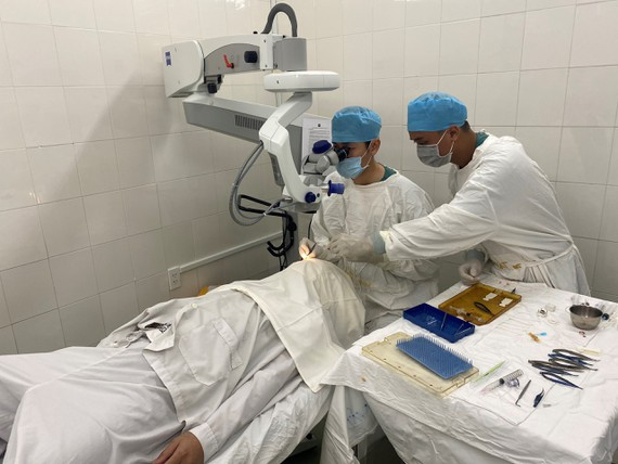Ê kíp bác sĩ Bệnh viện Nguyễn Trãi đang thay giác mạc cho bệnh nhân